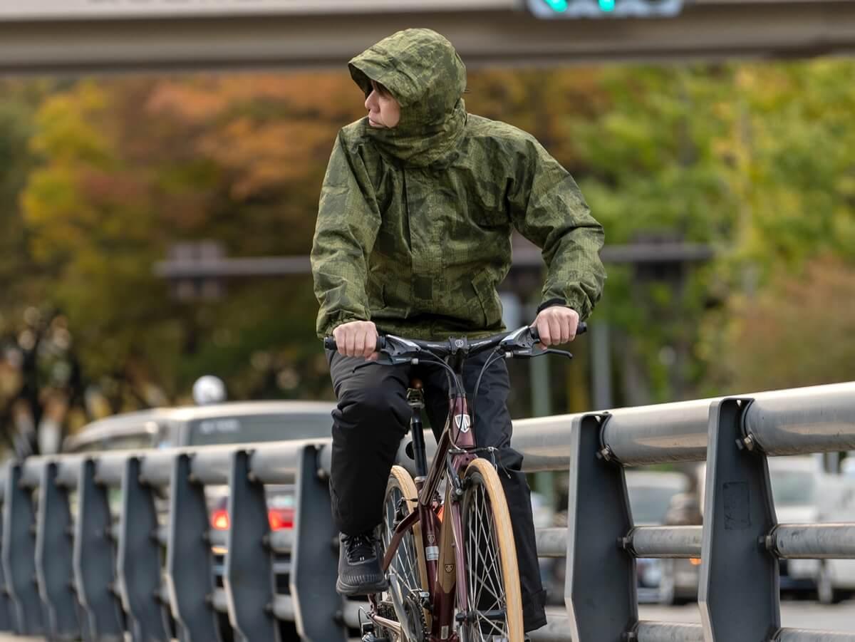 防水・防寒に加え、特許技術の回転式フードが冬の雨天時の自転車に最適! 5440 防水防寒ジャケット/5441 防水防寒ズボンスタイル2