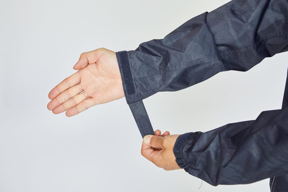 細かなフィッティングが可能な伸縮+ベルクロ留めの袖