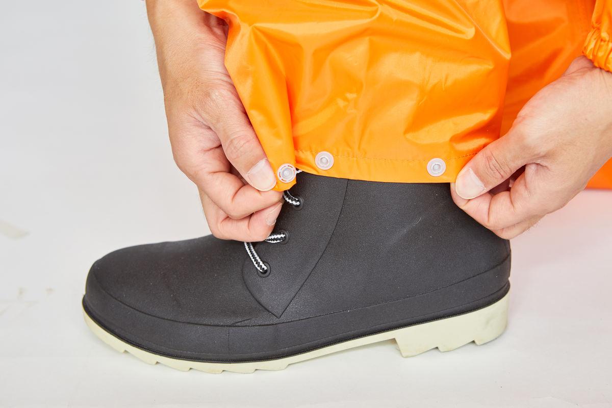 スナップボタンで幅調節可能な裾