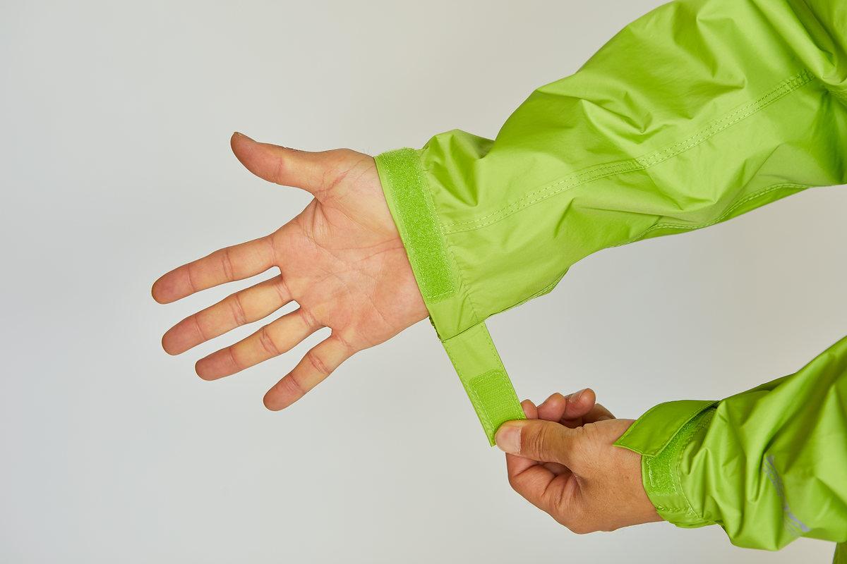 微妙なフィッティングが可能な伸縮+ベルクロ留めの袖口