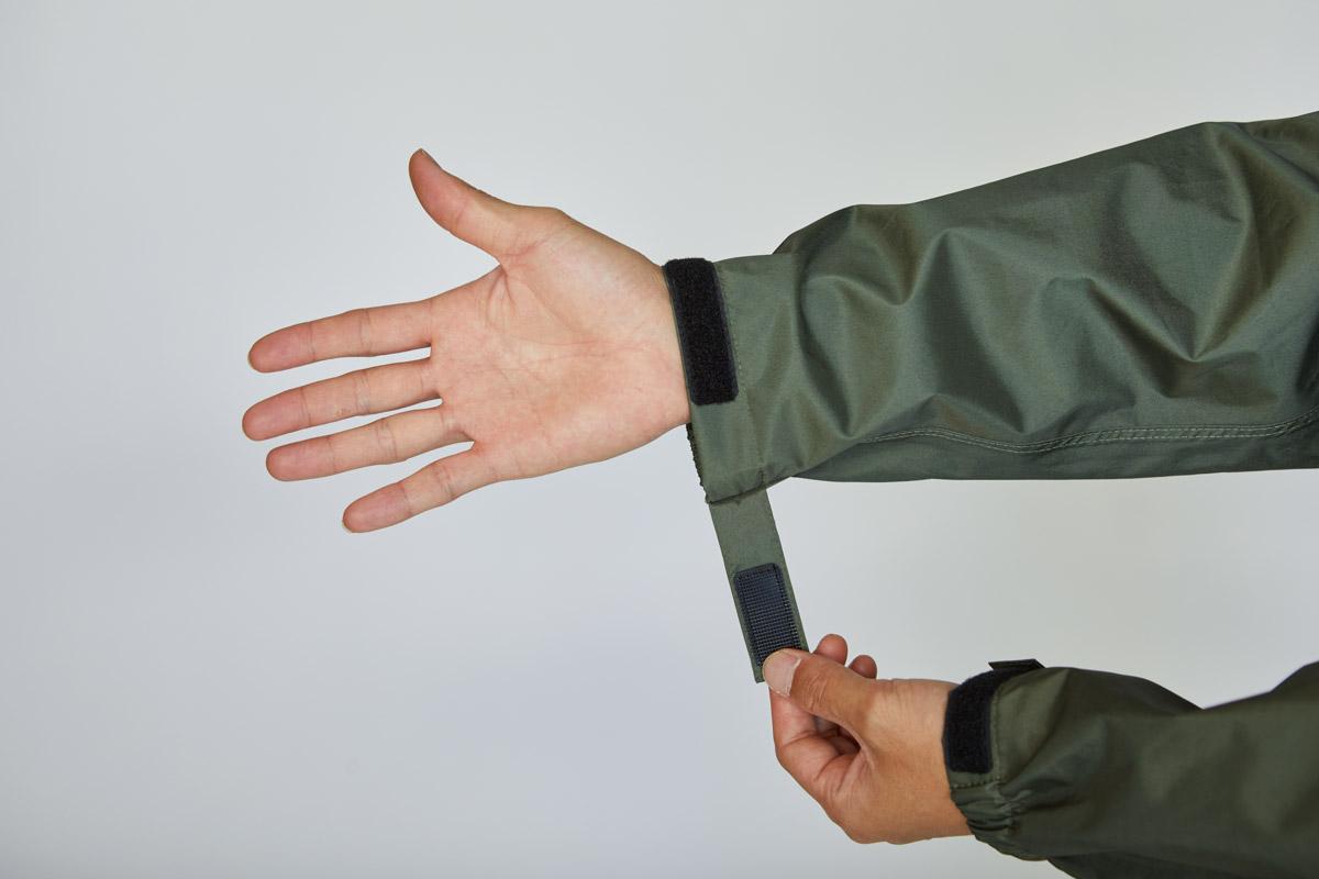 繊細なフィッティングが可能な伸縮+ベルクロ留めの袖口
