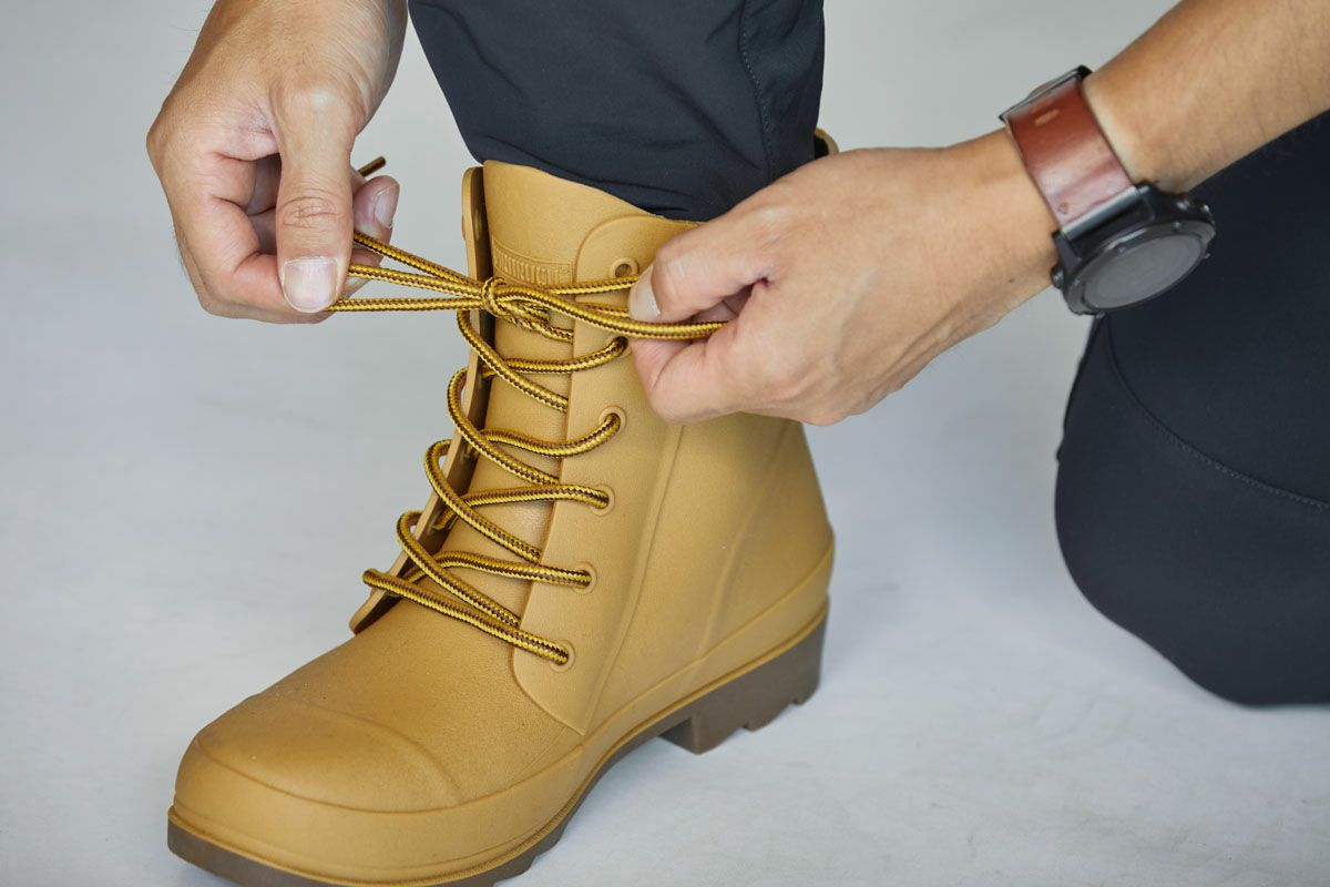 配達移動時の水トラブルを防ぐ、長靴の新定番「6437 ピラルク レインブーツ(長靴)」